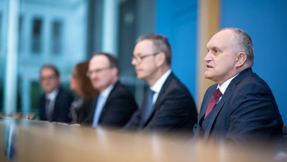 Christoph Schmidt mit weiteren Mitgliedern des Sachverständigenrats