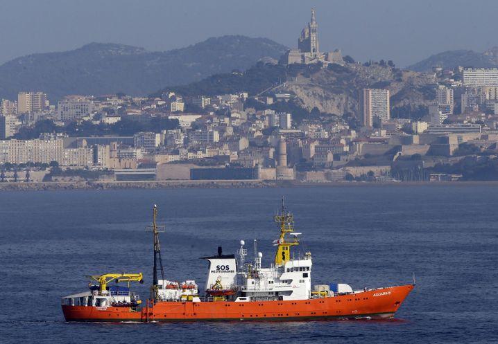"""Die """"Aquarius"""" sticht von Marseille aus in See"""