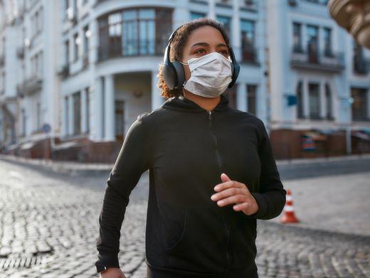 An manchen Orten zu bestimmten Zeiten Pflicht: Laufen nur mit Maske (Symbolfoto)