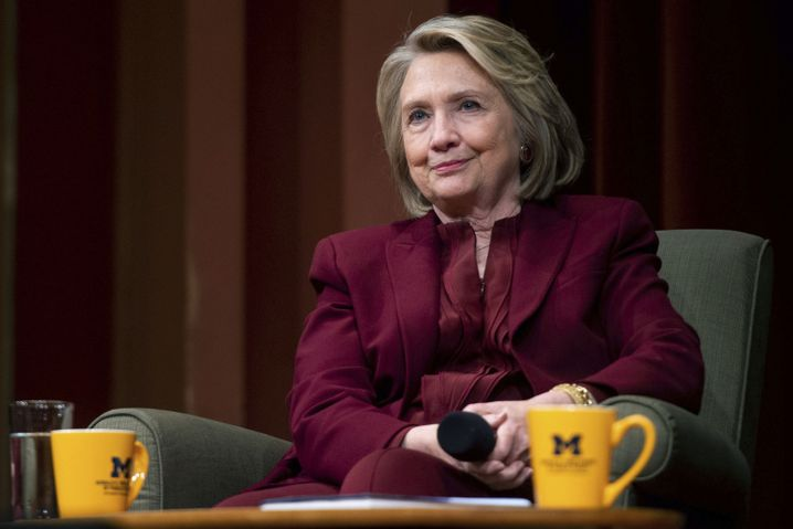 Hillary Clinton: Breitseite gegen den ehemaligen Konkurrenten