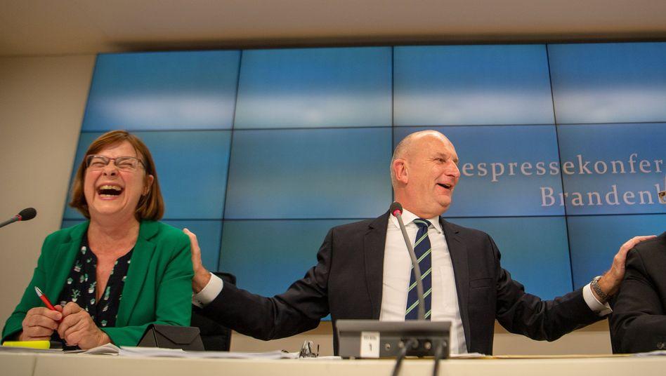 SPD-Ministerpräsident Dietmar Woidke versteht sich offenbar prächtig mit seinen künftigen Koalitionspartnern Ursula Nonnemacher (li., Grüne) und Michael Stübgen (re., CDU)