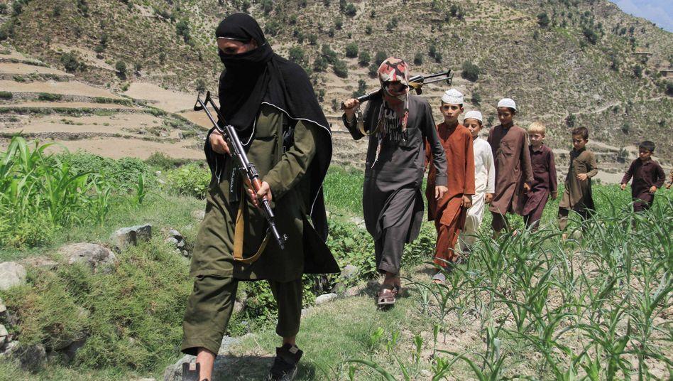 IS-Kämpfer mit Kindern in Afghanistan: Islamistischer Bruderkampf mit den Taliban