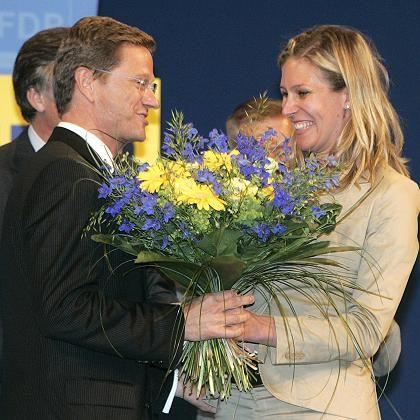 Westerwelle, Koch-Mehrin: Blumen für die Wiederwahl zum Parteichef