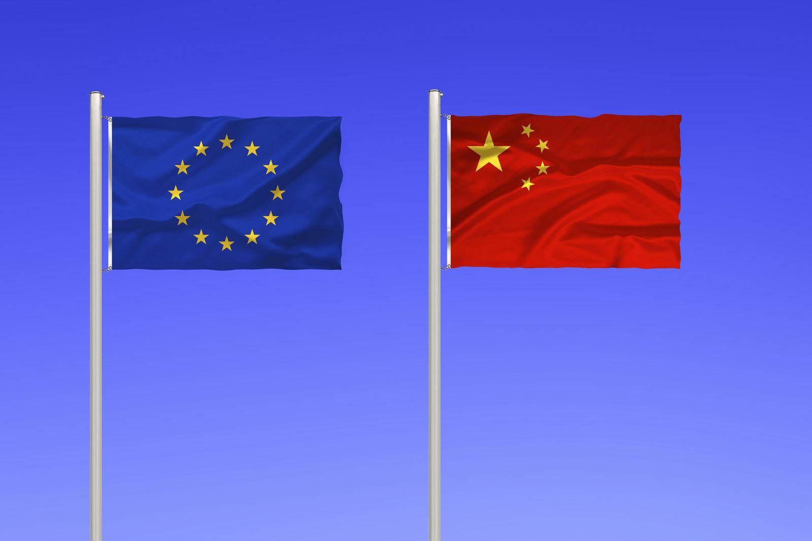Flagge von Euroap und China vor blauem Himmel, flag of Europe and China against blue sky