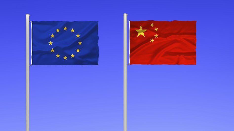 Fahnen Chinas und der Europäischen Union: Gerhard S. steht unter Spionageverdacht