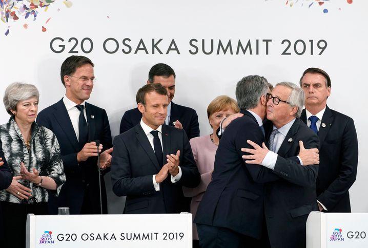 Feierlaune in Osaka: EU-Kommissionschef Juncker herzt Argentiniens Präsidenten Macri