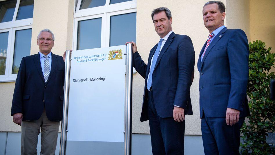 Bayerns Innenminister Joachim Herrmann (l.), Markus Söder (CSU) (M.), Ministerpräsident von Bayern, und Thomas Hampel (r.), Präsident des neuen Bayerischen Asyl-Landesamts