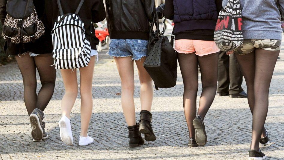 """Junge Frauen mit Hotpants (Archiv): Störend für ein """"gesundes Schulklima""""?"""