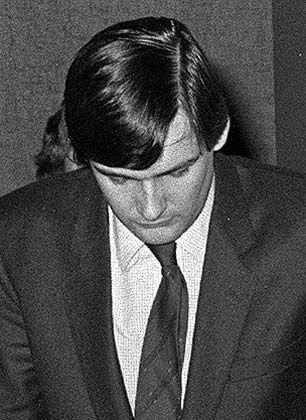 An Krücken: Richard Oetker 1980 auf dem Weg zu seiner Zeugenaussage gegen Dieter Zlof