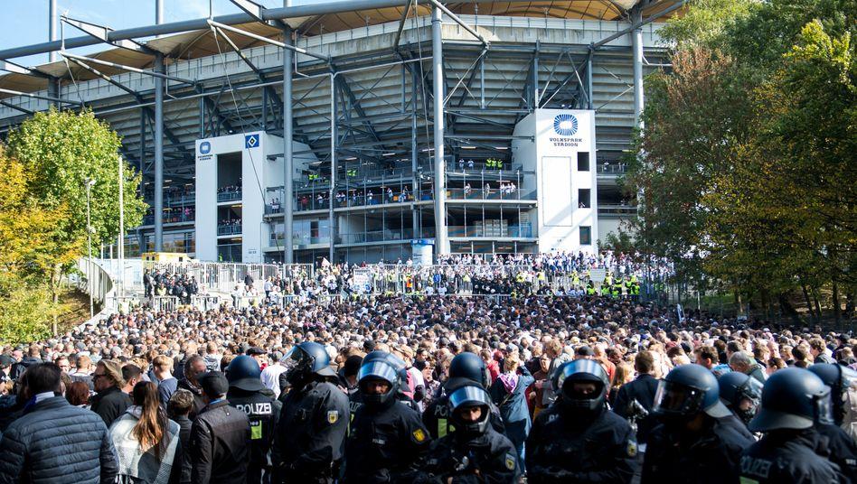 Fans und Polizei beim Hamburger Derby am Volksparkstadion (Archivbild von 2018)