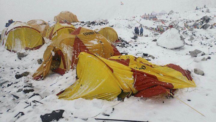 Erdbeben im Himalaya: Lawine begräbt Camps der Bergsteiger