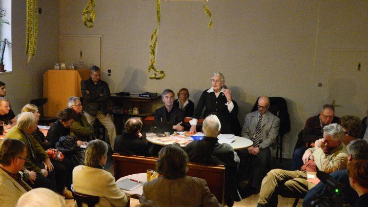 Haverbeck bei ihrem Vortrag in Berlin, links neben ihr Wuttke