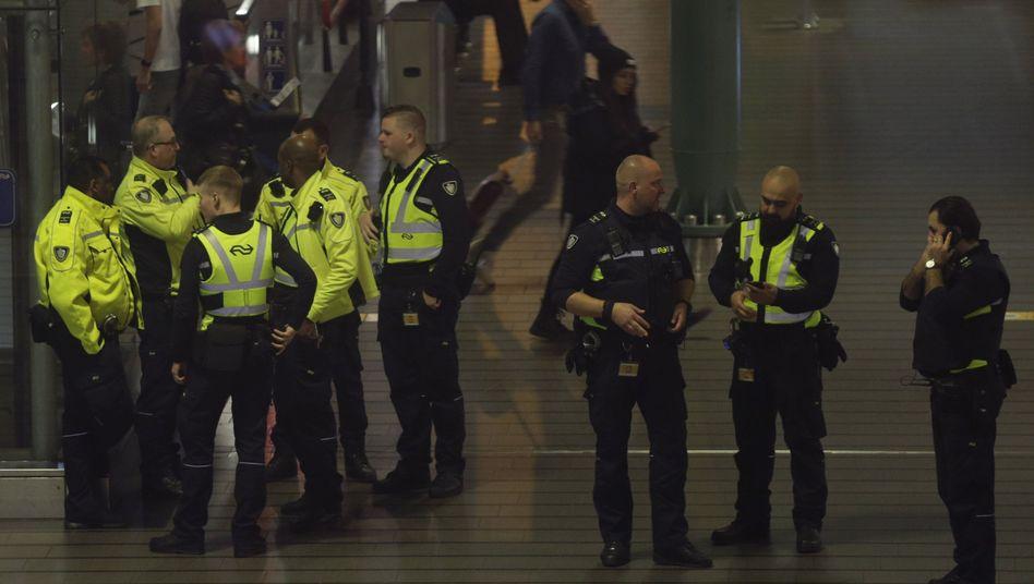 Polizei am Amsterdamer Flughafen Schiphol