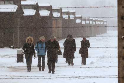 Touristen auf dem Gang durch die Lageranlage: Jeder muss allein mit dem Grauen fertig werden