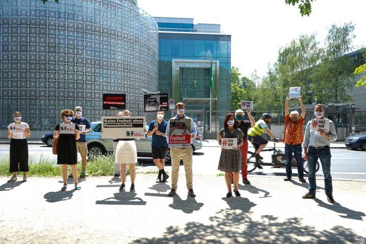Christian Mihr (Mitte, beige Hose) und seine Kollegen demonstrieren in Berlin gegen die Haftstrafe eines saudi-arabischen Bloggers.