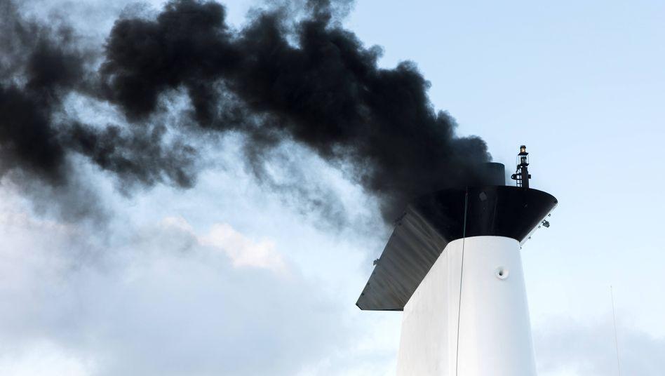 Rauchender Schornstein eines Schiffes beim Anlassen der Maschine (Archivfoto)