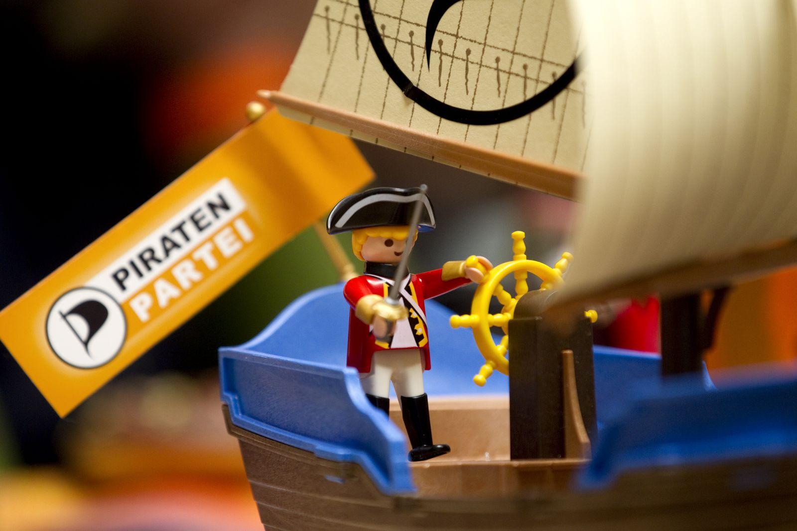 NICHT VERWENDEN Playmobil-Figur mit Flagge der Piratenpartei