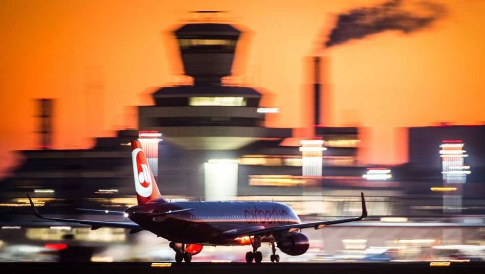 Air-Berlin-Flugzeug am Flughafen Tegel