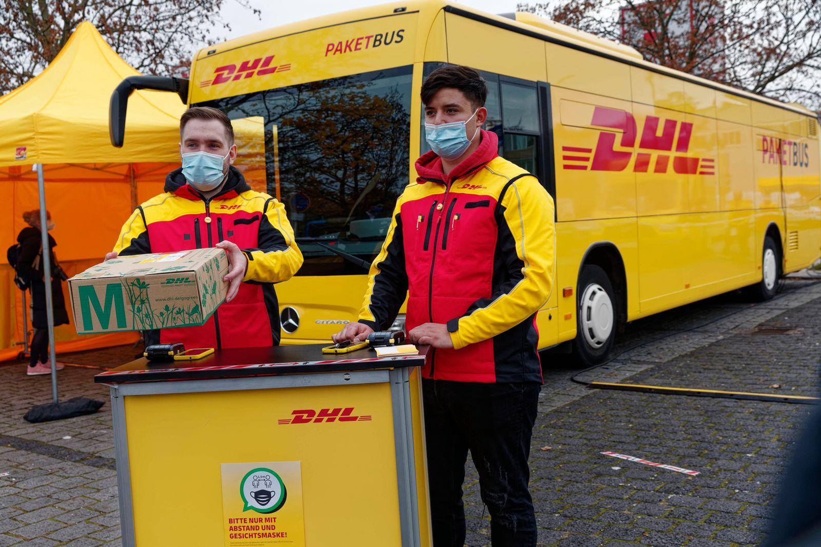 DHL-Paketbusse im Corona-Einsatz 2020-11-18, Berlin, Deutschland - Pakete im Freien abgeben oder abholen - DHL testet P