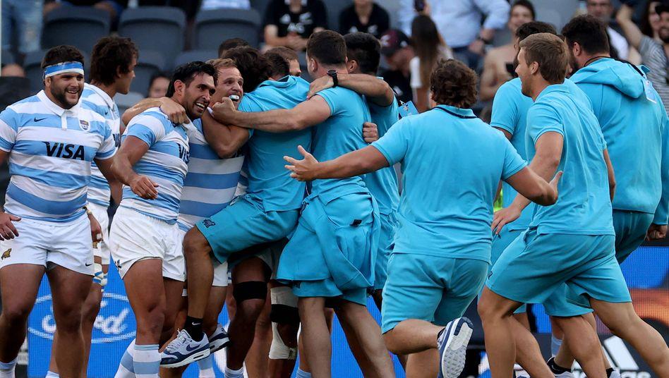 Fast grenzenloser Jubel: Argentiniens Rugby-Spieler feiern den ersten Triumph überhaupt gegen Neuseeland