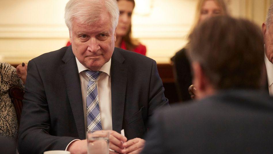 """Innenminister Horst Seehofer verteidigt seinen """"Notfallmechanismus"""" zur Aufnahme von geretteten Flüchtlingen"""