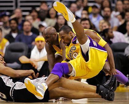Lakers-Star Bryant (r.) mit Mitspieler Odom gegen Spurs-Profi Horry: Sieg für den Meister