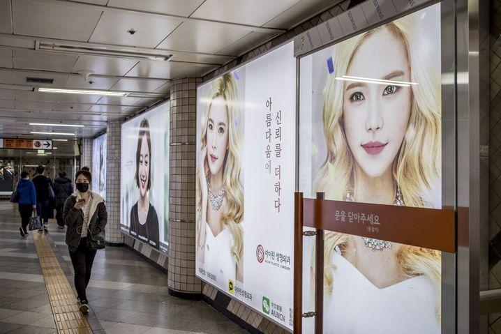 Einige U-Bahnhöfe im Seouler Reichenviertel Gangnam sind voll von Werbung für die Schönheitskliniken.
