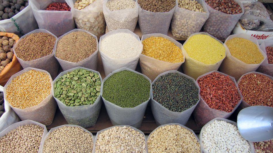 Diverse Hülsenfrüchten auf dem alten Markt in Manama (Archivbild)