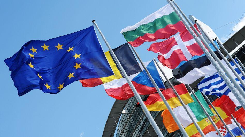 Flaggen der EU-Mitgliedstaaten: Erstmals Strafmaßnahmen gegen russische Wirtschaftsbranchen