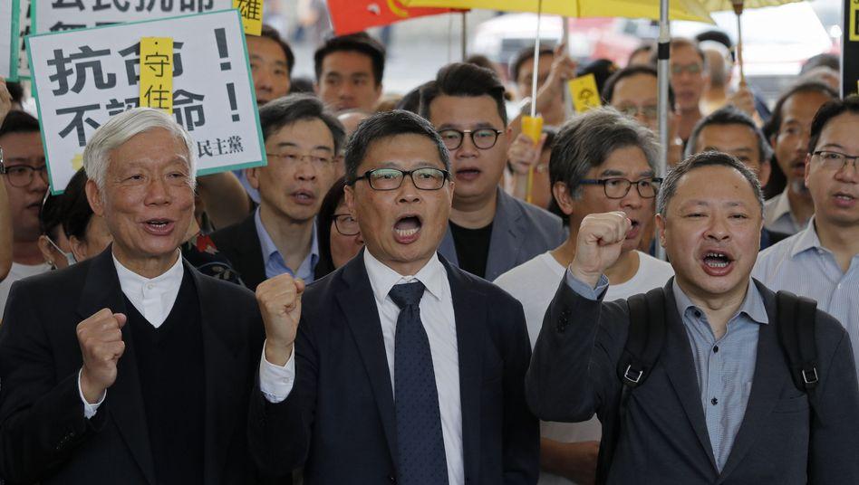 """Prozess in Hongkong: Anführer der """"Regenschirm-Bewegung"""" sprechen vor dem Gericht mit Journalisten"""