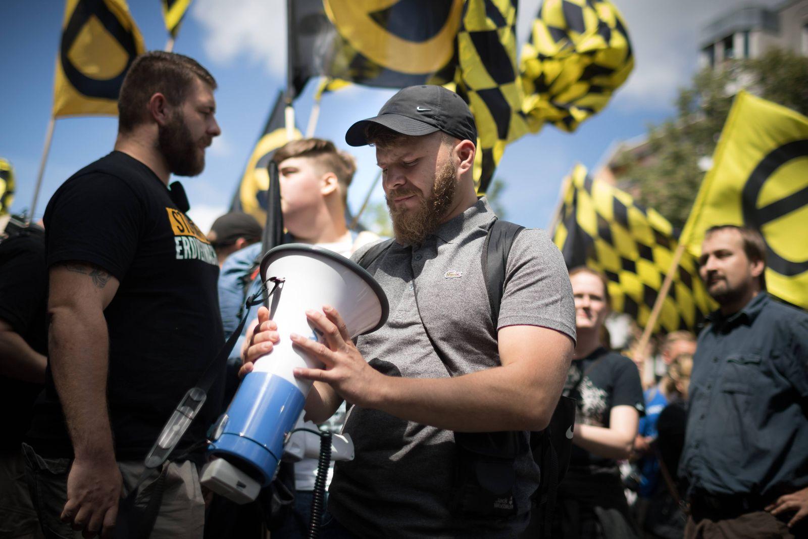 Demonstration Identitaere Bewegung Mehrere hundert Menschen nehmen an einer Demonstration der rechts