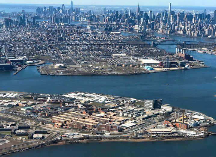 """""""Ein Sturm zieht auf"""": New Yorks Gefängnisinsel Rikers Island (vorne) ist ein Corona-Hotspot"""