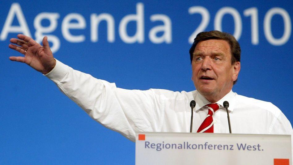 Gerhard Schröder im Jahr 2003, damals Bundeskanzler, wie er für seine Agenda 2010 wirbt