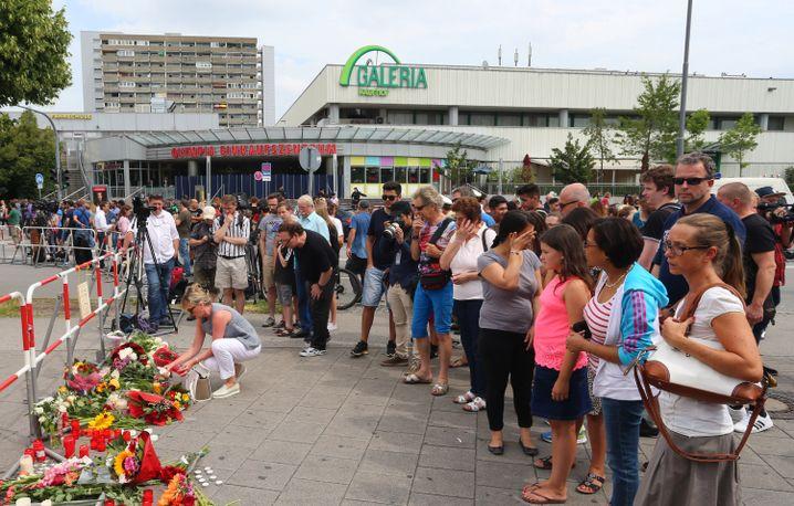 Passanten vor dem Olympia Einkaufszentrum