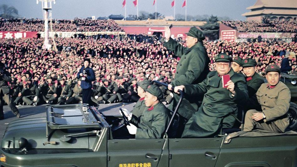 Mao winkt 1966 in Peking den Massen zu.