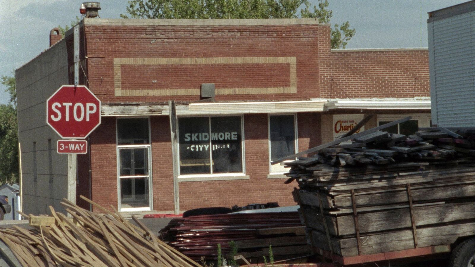 NO ONE SAW A THING, present day Skidmore, Missouri, (Season 1, ep. 101, aired Aug. 1, 2019). photo: Sundance TV / Courte