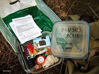 """Typischer """"Cache"""": Plastikdose mit allerlei Krimskram und Logbuch"""