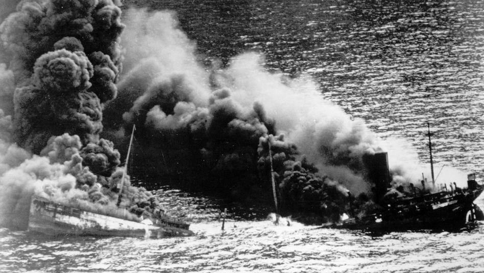 Ein Tanker der Entente versinkt im Atlantischen Ozean: Im Ersten Weltkrieg setzte die Kaiserliche Deutsche Kriegsmarine ab Januar 1917 auf den uneungeschränkten U-Boot-Krieg