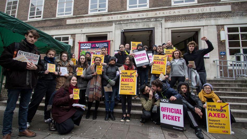 Studenten der SOAS University of London demonstrieren gemeinsam mit ihren Dozenten und Professoren und blockieren den Eingang ihrer Universität
