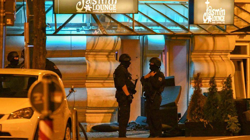Polizisten in Schutzausrüstung stehen vor einer Shishabar in Magdeburg