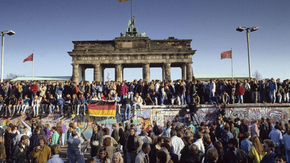 Berliner Mauer am Brandenburger Tor während des Mauerfalls