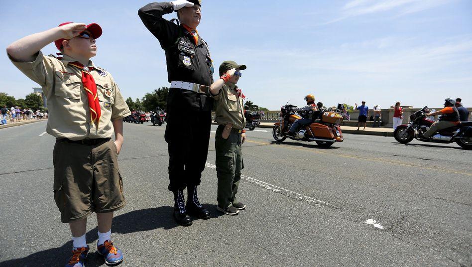 Zwei junge Pfadfinder salutieren mit einem Air Force-Veteran: Eine Zäsur