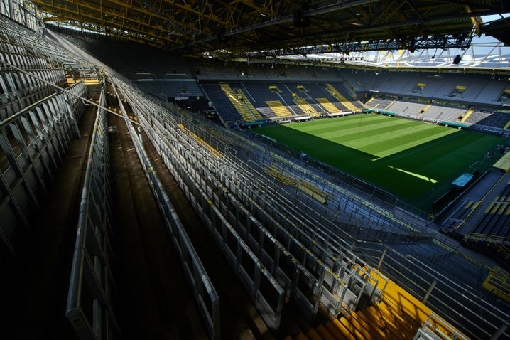Auf das Bild eines leeren Fußballstadions müssen sich die Fans laut Armin Laschet noch längere Zeit einstellen