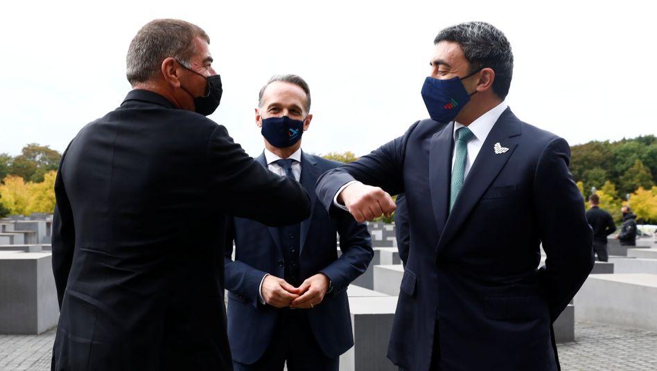 Gabi Aschkenasi (l.) und Abdullah bin Sajed (r.), die Außenminister Israels und der Vereinigten Arabischen Emirate, begrüßen sich im Beisein von Heiko Maas am Holocaust-Mahnmal in Berlin