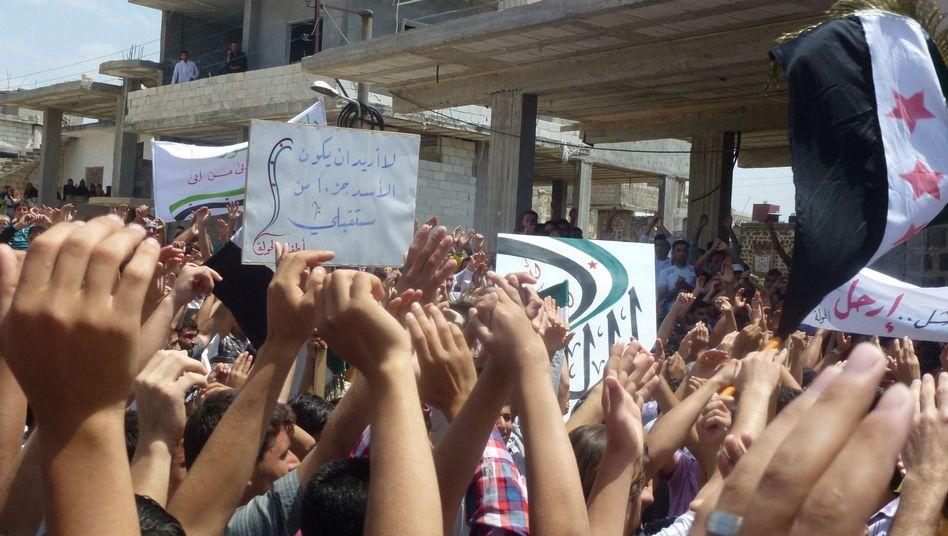 Demonstranten in Hula in der Provinz Homs: Bericht über Massaker mit mehr als 100 Toten