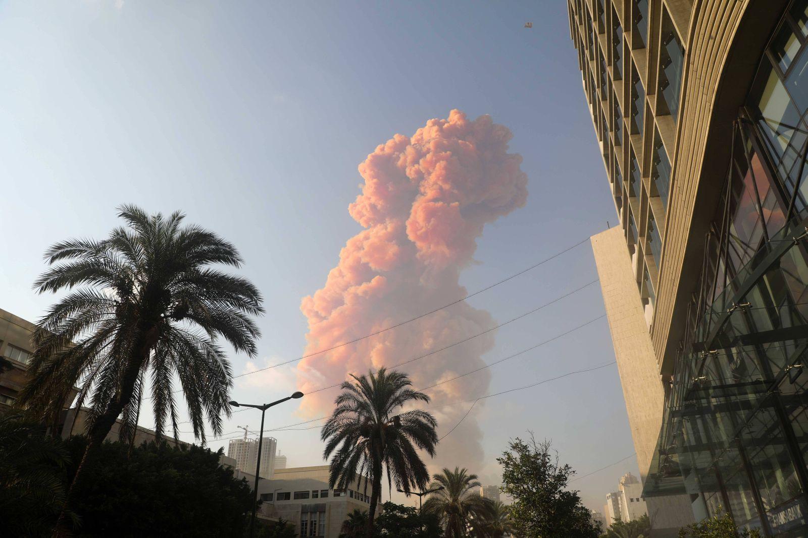 (200804) -- BEIRUT, Aug. 4, 2020 (Xinhua) -- Pink smoke rises following the explosion in Beirut, Lebanon, Aug. 4, 2020.