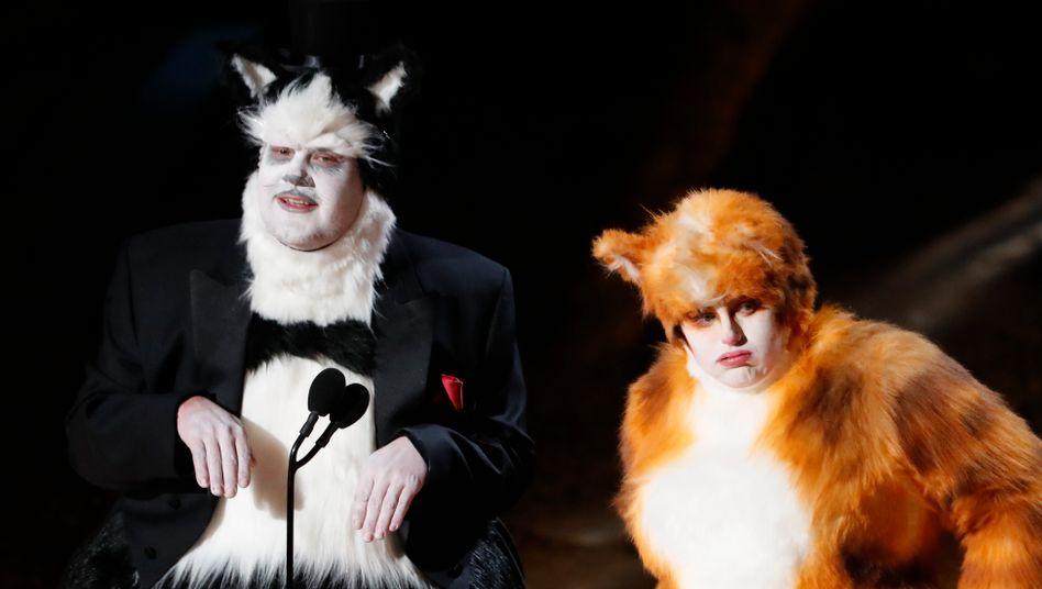 """James Corden und Rebel Wilson in """"Cats""""-Kostümen bei der Oscarverleihung: Bei den 40. """"Razzies"""" bekamen die beiden nun jeweils eine """"Goldene Himbeere"""" als schlechteste Nebendarsteller"""