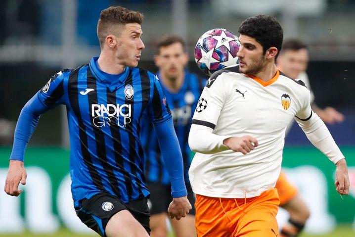 Robin Gosens (links) spielte einst für Heracles Almelo in Holland. Heute läuft er für Bergamo in der Champions League auf