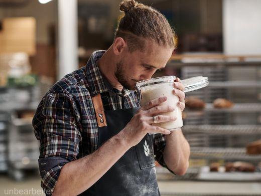 Bäcker Martin Mayer prüft einen Sauerteig