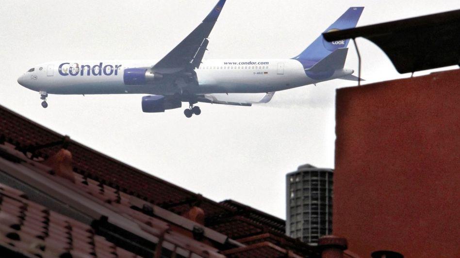 Ferienflieger beim Landeanflug auf den Frankfurter Flughafen